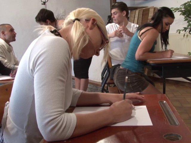 Une étudiante à des cours d'éducation sexuelle